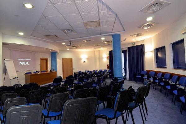 Der blaue Konferenzsaal